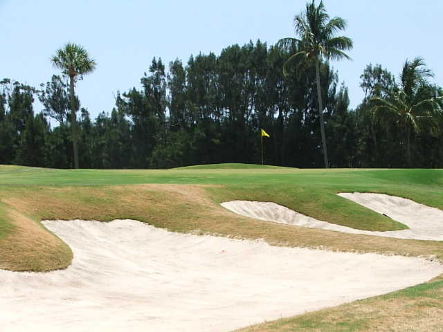 A view of green #6 protected by bunkers at Seminole Golf Club (Top 100 Golf Courses Blogspot)