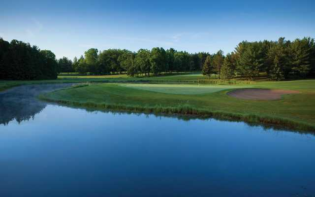A view of a hole surrounded by water at Brighton Dale Links (Nile Young Photography).