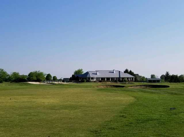 A view of a well protected green and the clubhouse in the distance from The Links at Heartland Crossing.