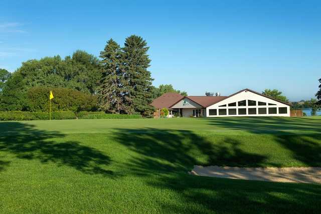 A view of a green and the clubhouse in background at Brookings Country Club.