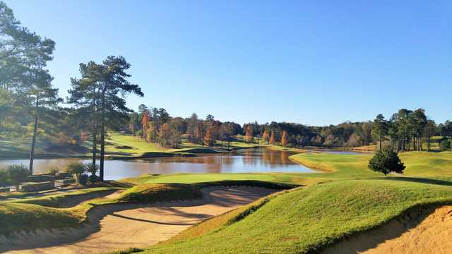A view of a hole with water in background at Heritage Golf Links.