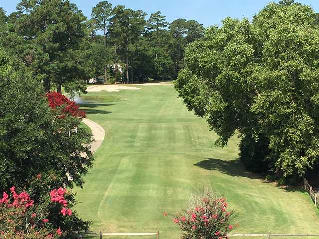 A view of a tee and a narrow path on the left side at Washington Yacht & Country Club.