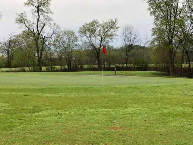 View of a green at Calhoun Elks Lodge & Golf Club.