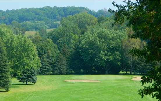 A view of a green protected by bunkers at Scenic View Country Club