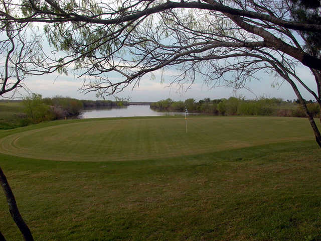A view of the 18th green with water in background at Llano Grande Golf Course