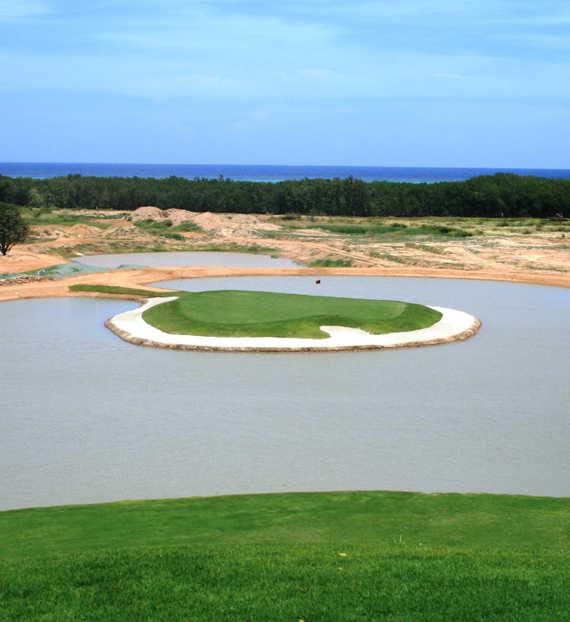11th hole at Black Pearl is an island-green par 3