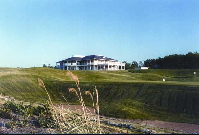 A view of the clubhouse and hole #18 at Kearney Hill Golf Links