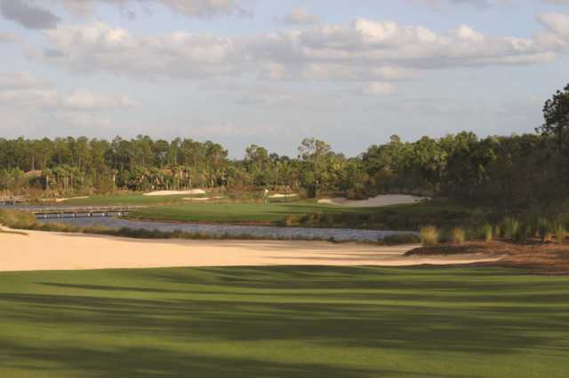 Tiburón Black's 10th hole: players must carry the water and avoid the intimidating bunker just in front of the green.