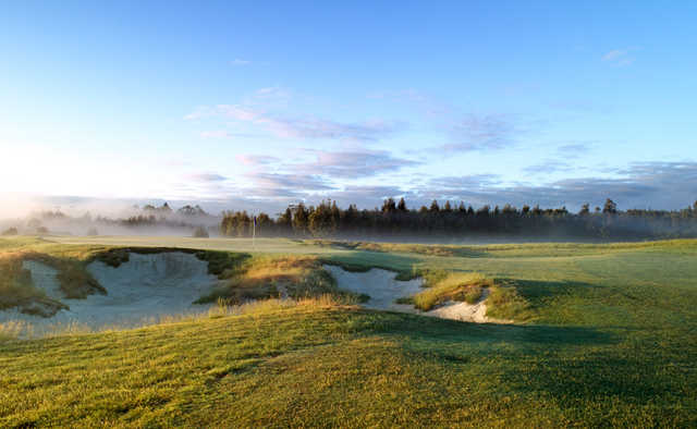 A view of a hole protected by sand traps at Heritage Golf & Country Club