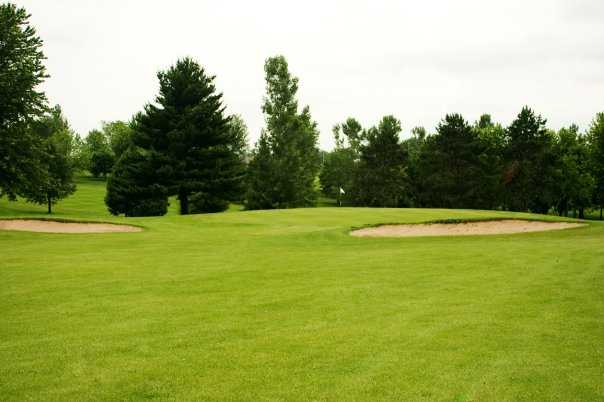 A view of green guarded by bunkers at Cole Acres Country Club