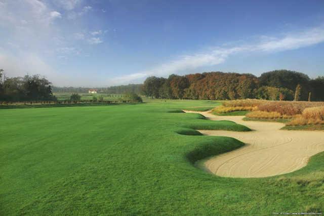 A view of the fairway an bunkers at Garden Golf de Chantilly
