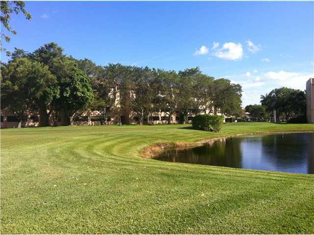 A view of a fairway at Sunrise Lakes Phase IV Golf Course (GolfDigest)
