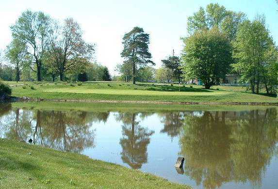 A view over the water of a green at Hoosier Links Golf Club (CinciGolf)