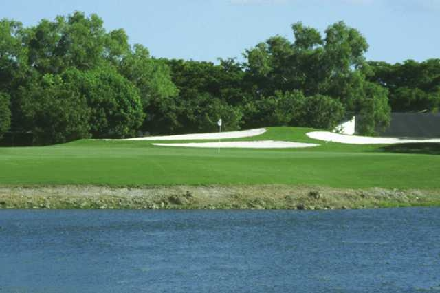 A view of the 10th green protected by bunkers at Bonaventure Golf Club