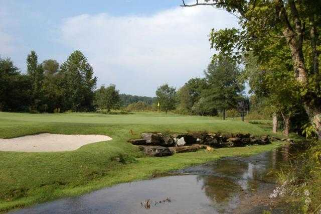 A view of a green with water coming into play at Lakeside Golf Course (GolfDigest)
