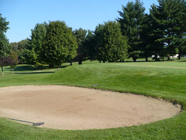 A view over a large bunker at Macktown Golf Course (Golfclubatlas)