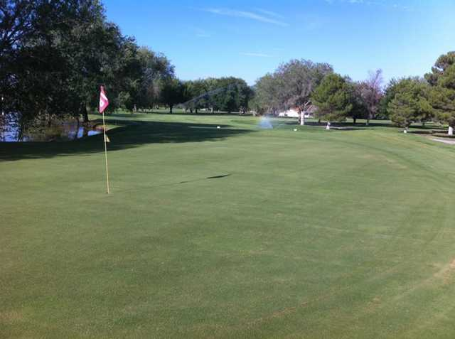 A iew of the 18th green at Dos Lagos Golf Club