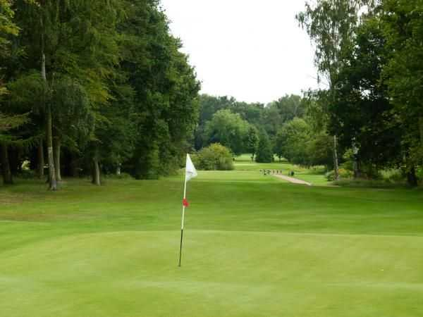 Well-manicured 9th green at Elsham Golf Club