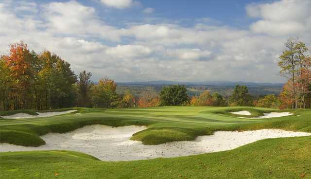 Fall view of a bunkered green at Lodestone Golf Club