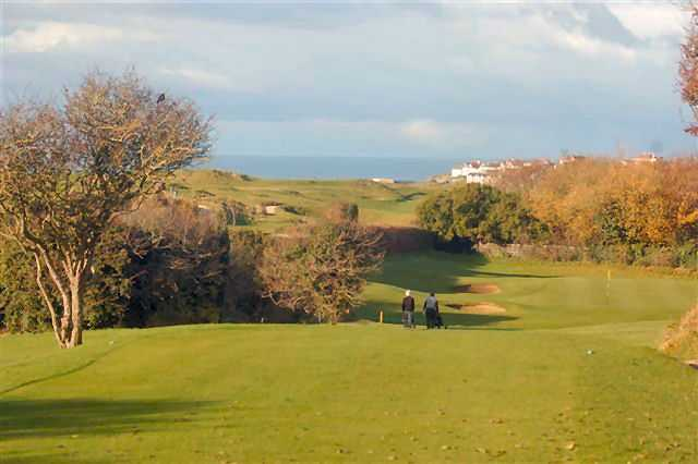 The 10th hole on the Bude & North Cornwall course with views of the sea in the distance