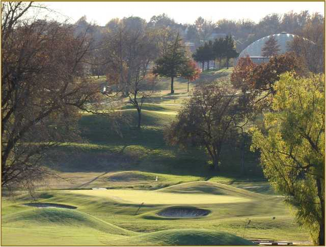 A view of a green protected by sand traps at Oak Hills Golf & Country Club