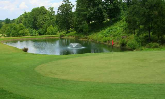 A view o a green with water coming into play at Heddles Hideaway Country Club