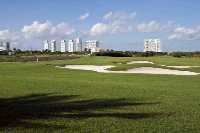 Green with bunkers at Puerto Cancun Golf Club