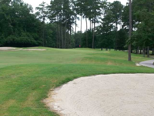 A view of a hole protected by bunkers at Traces Golf Club
