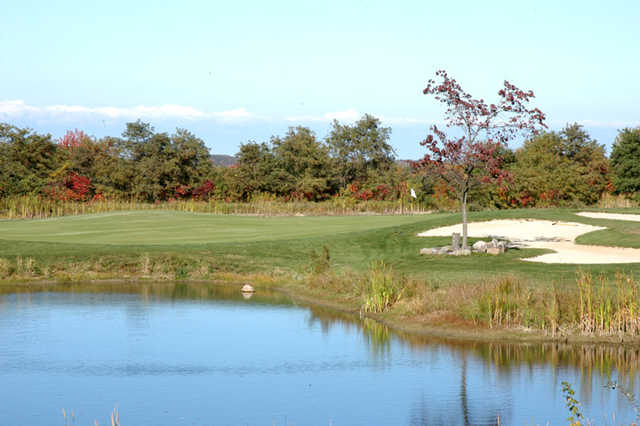 A view of a green with water coming into play at Thunder Hills Golf Club (Elitegolfcourses).