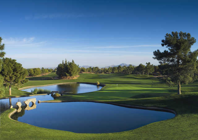 A view of the 18th green at Raven Golf Club - Phoenix.