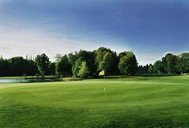A view of a green at Apremont Golf & Country Club.