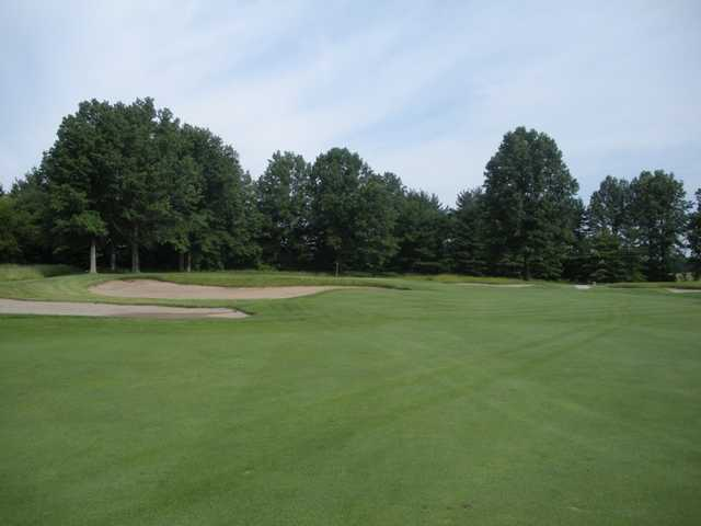 A view of the 4th green protected by bunkers at The Golf Club (Theitinerantgolfer)